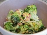 Brokuł na parze w sosie śmietanowo - serowym