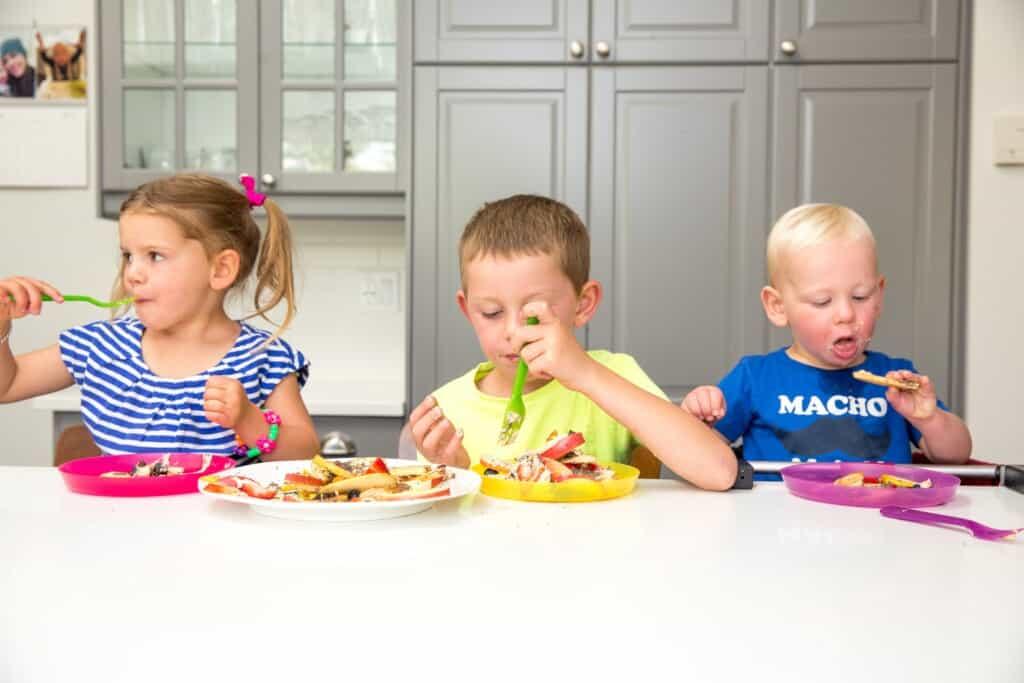 Jedzenie przez dzieci parowarów potrawy z pary na parze